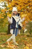 秋天的公园里的女孩 — 图库照片