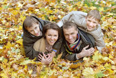Family in autumn park — Stockfoto