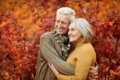 Staruszkowie na jesień park — Zdjęcie stockowe