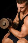 Atleta sexy con manubri — Foto Stock