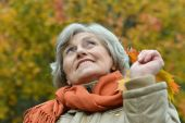 Senior woman in autumn park — Stock Photo
