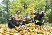 семьи из четырех человек в парке — Стоковое фото