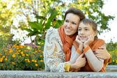 母亲和儿子在公园 — 图库照片