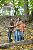 Familie wandelen in het park — Stockfoto