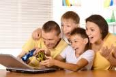 Family playing on laptop — Fotografia Stock