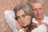 Sad elder couple at home — Stockfoto