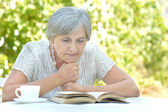 Middle-aged woman reading a book — Stockfoto