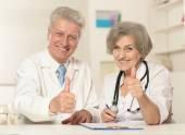 Senior doctors snow thumbs up — Стоковое фото