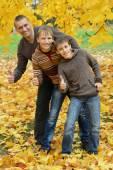 Family show thumbs up — Stockfoto