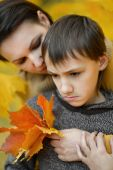 Sad mother with  son in park — Foto de Stock