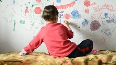 Girl drawing on  wallpaper — Stock Video