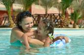 Mother with daughter  in  pool — Stockfoto
