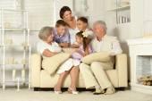 Famiglia felice con i bambini — Foto Stock