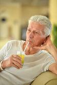 Beber suco de homem sênior — Fotografia Stock