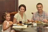Lyckliga familjen vid bordet — Stockfoto