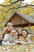 Familia relajante en el parque otoño — Foto de Stock