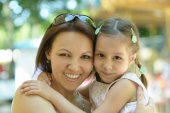 Girl with mother in park — Stockfoto
