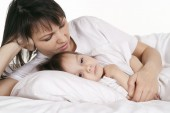 Mother  with little daughter in bed — Stock Photo