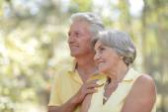 Пожилые пары в летний день — Стоковое фото