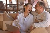 Para z laptopem przy stole — Zdjęcie stockowe