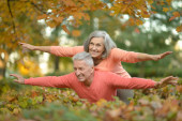 Senior couple relax in autumn park — Foto Stock
