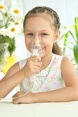 Meisje met masker voor inhalatie — Stockfoto
