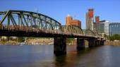 Hawthorne Bridge Over Willamette River in Portland — Stock Photo