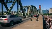 Cyclists  and Cars Cross the Hawthorne Bridge Into Portland, Ore — Stock Photo