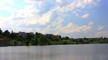 Lake, village and sky. Rural landscape — Vídeo stock