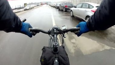 Cyclist to  road in  city among cars — ストックビデオ