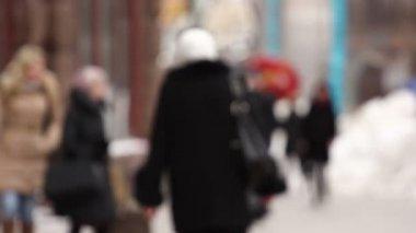 Pedestrians in the city. Blurred scene — Stock Video