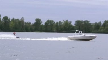 Boat drags  water skier — Stock Video