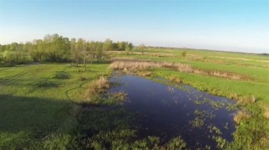 Slow Flight   over small lake . Aerial — Vídeo stock
