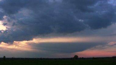 Frühling, Roter Himmel, Wolken und Bäume. Sonnenuntergang-Zeitraffer. — Stockvideo