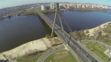 高速道路、市川以上の車橋。空中 — ストックビデオ
