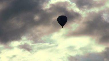 Ballon volant dans le ciel — Vidéo