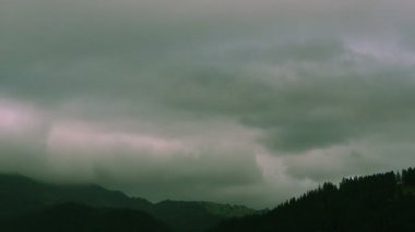 Gloomy gray clouds in mountains. Beautiful landscape — Stock Video