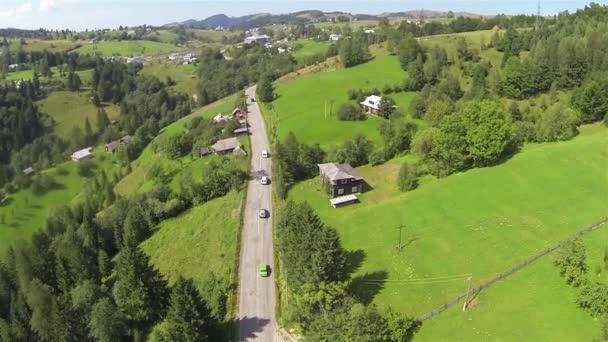 Montaña y carretera con los coches en verano. Toma aérea — Vídeo de stock