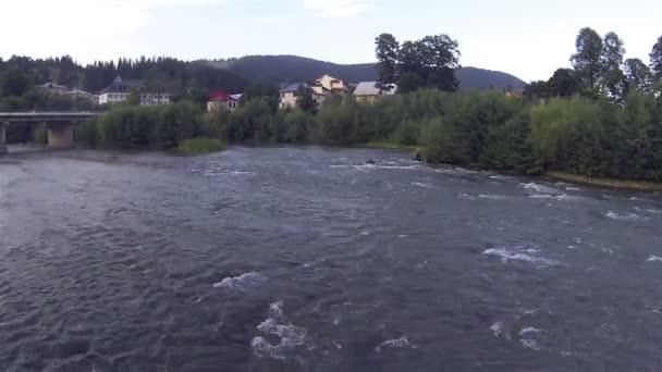 Sobre el río en el establecimiento de la montaña. Aéreo — Vídeo de stock
