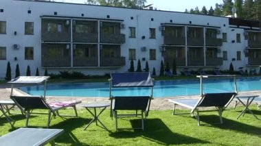 Pool panorama with stove benches for rest. — Stock Video