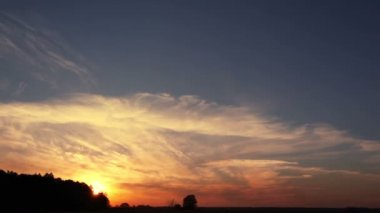 Sunset  with beautiful romantic clouds. Time lapse — Stock Video