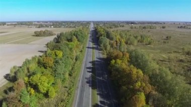 Trucks and cars on beautiful autumn road. Aerial — Vídeo de Stock
