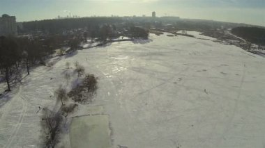 Flight over the winter lake in the city. Aerial — Stock Video