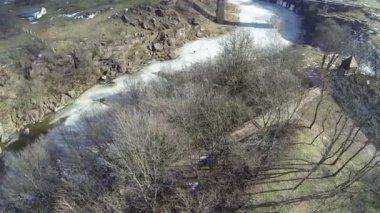 小さい冬の川と公園の風景。空中パノラマ — ストックビデオ