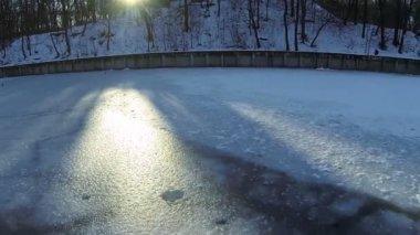 Den frusna sjön och sundeams. Antenn — Stockvideo