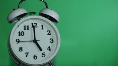 Ringing classical alarm clock at five o'clock,  green background — Stock Video