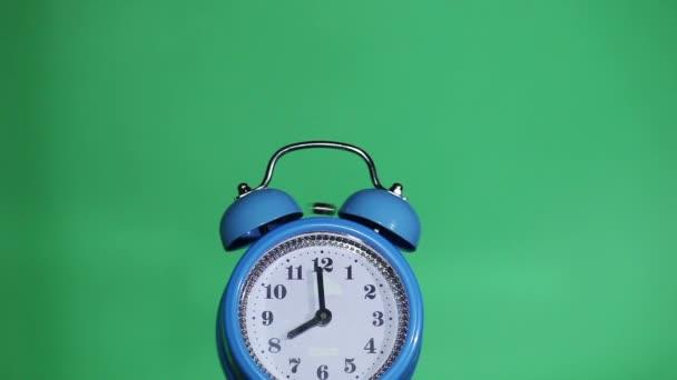 Ringing classical alarm clock ,  green background, eight o'clock — Vidéo