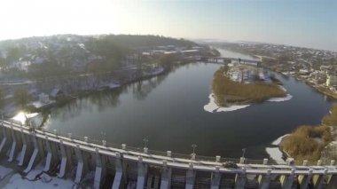Güzel nehrin üzerinde baraj. Dönüş ile hava — Stok video