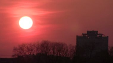 Red sunset over town houses.  PAL Time lapse — Stock Video