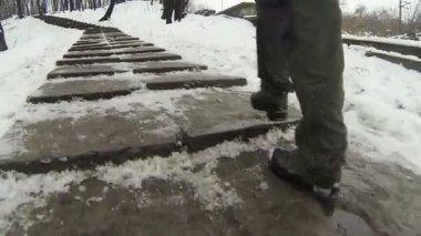 Мужчины футов ростом, но лестница в парке. Pov клип — Стоковое видео